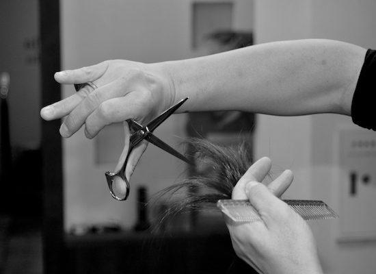 髪を切っている画像2